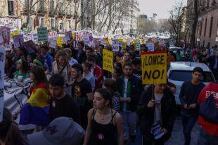 Estudiantes manifestándose contra la LOMCE y contra los recortes en el ámbito educativo.
