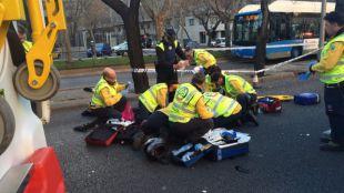 Un motorista sufre la amputación de su pierna en un accidente en la Castellana