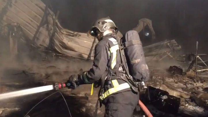 Los bomberos combaten el fuego en la nave de PInto