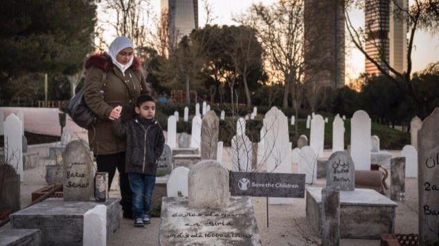 Un cementerio de niños sirios al pie de las Cuatro Torres