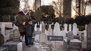 Decenas de tumbas para emular un cementerio