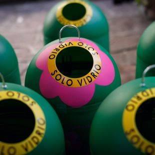 Minicontenedores de reciclaje de vidrio a la venta en el El Corte Inglés.