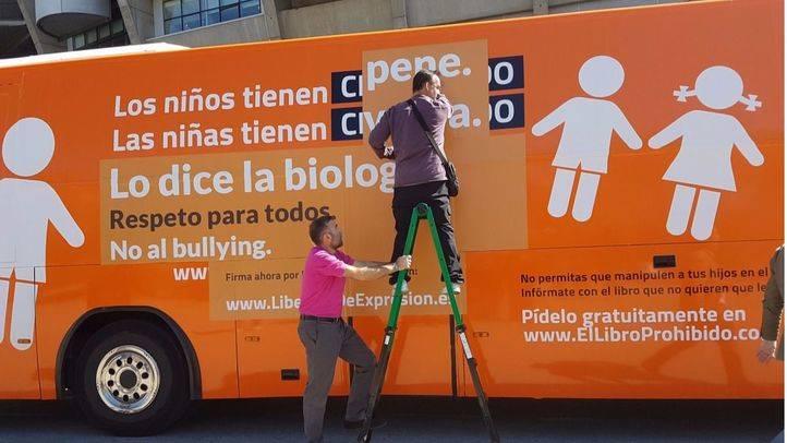 El bus de Hazte Oír parte hacia Barcelona con un nuevo eslógan que apela a la
