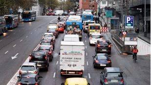 Atascos de coches en la Cuesta de San Vicente a la altura de la plaza de España por el corte de la Gran Vía. (Archivo)