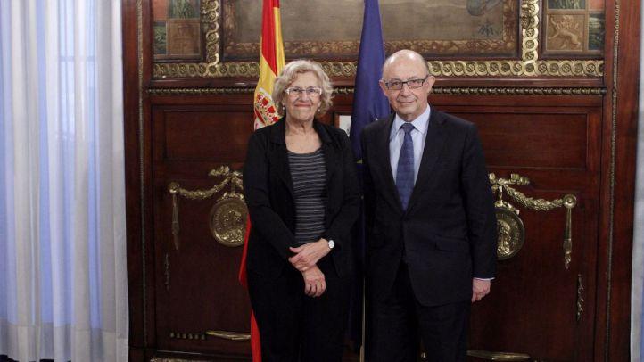 Reunión entre Cristibal Montoro, ministro de Hacienda, y Manuela Carmena, alcaldesa de Madrid.