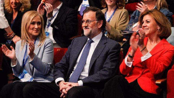 Cristina Cifuentes y Maria Dolores de Cospedal aplaudiendo a Mariano Rajoy.