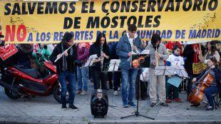 Concentración de alumnos, profesores y padres y madres del conservatorio Rodolfo Halffter de Móstoles ante la Asamblea de Madrid.