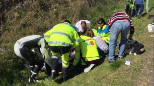 Los sanitarios del SUMMA, atendiendo al motorista herido.