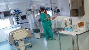 Personal sanitario en una sala de postoperatorio