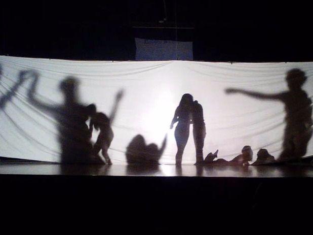 Muestra teatral de los alumnos del IES Ramiro de Maeztu para el proyecto 'Piel con Piel'