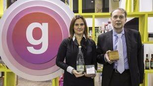 Enric Casas y Laura Álvarez, Consejero y Directora de Marketing de Vichy Catalán Corporation, posan con los dos galardones Liderpack al mejor packaging 2016 que ha logrado la botella de 1,2 litros de la compañía