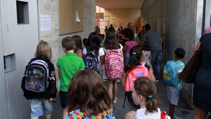 Alumnos entrando en el colegio público de primaria Isabel La Católica del barrio de Malasaña.