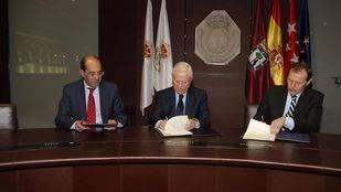 José Luis Gonzalez-Besada, Enrique Sanchez Gonzalez y Emilio Butragueño en la firma del convenio de colaboración de El Corte Inglés y la Fundación Real Madrid