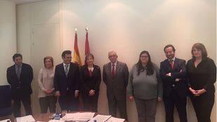 Los consejeros de Sanidad y Educación, en la reunión con la dirección del centro y representantes de los padres