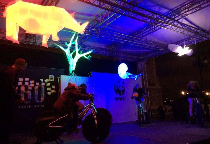 Carpa de WWF en la plaza de Oriente. En la imagen, una lámpara con forma de animal alimentada con la energía del pedaleo en una bici.