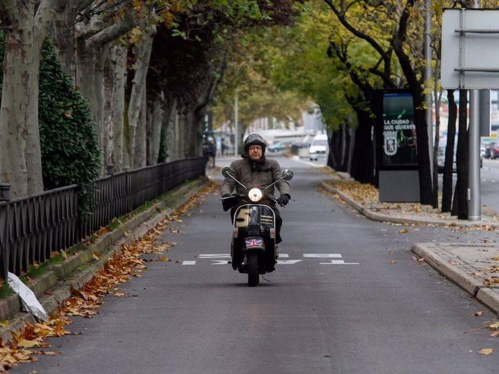 Las motos se quedan fuera del carril bus de la Castellana