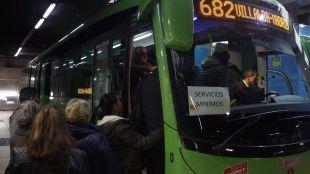 Autobús de la línea 628 realizando servicios mínimos por la huelga