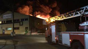 El incendio que ha arrasado una nave de Getafe ya está controlado