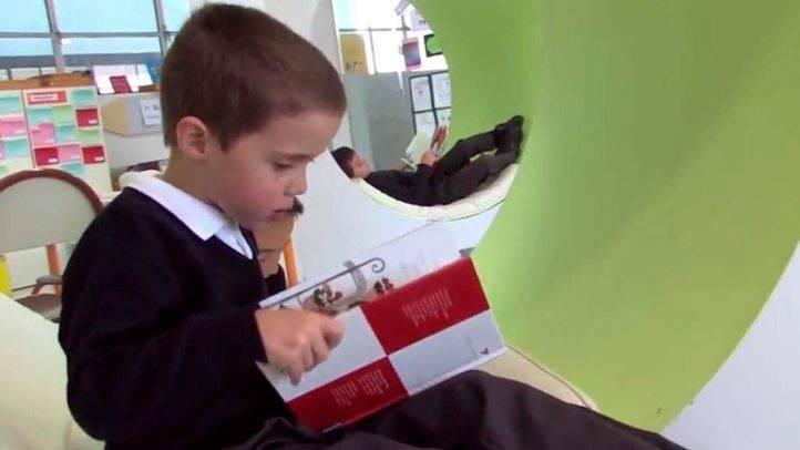 Un niño lee un libro en un aula de uno de los colegios de la Institución Educativa SEK