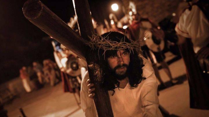 Jesús carga con la cruz y es azotado por los romanos en la Pasión Viviente representada en El Molar en 2015. (Archivo)