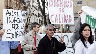 Los trabajadores municipales se manifiestan frente al Ayuntamiento para evitar sus despidos