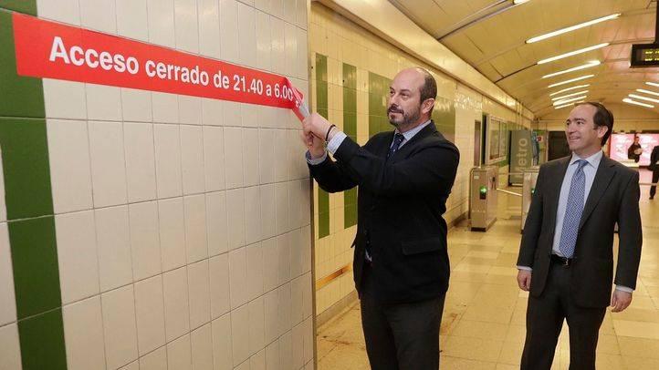 Pedro Rollán quitando el cartel de accesos cerrados.