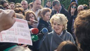 La portavoz del PP en el Ayuntamiento de Madrid, Esperanza Aguirre, visita San Blas para conocer la parcela donde el Ayuntamiento de Manuela Carmena ha proyectado la construcción de un nuevo ArteFacto.