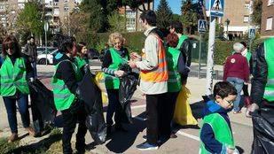 """Carmena participa en la campaña vecinal """"Mantengamos limpia nuestra ciudad"""""""