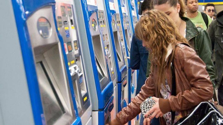Viajeros en las máquinas expendedoras de billetes en el Metro de Madrid