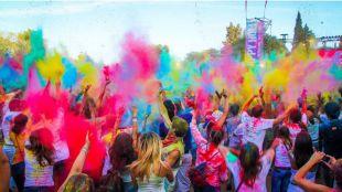Consiga una bolsa de polvos de colores para llenar de color Madrid