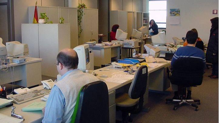 Funcionarios trabajando en la sede Juzgados Menores de García Noblejas de Madrid. (Archivo)