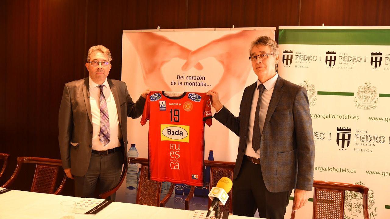 Jordi Cabanillas de Monte Pinos y Francisco Giné del Club Balonmano Huesca con la camiseta decorada con los logos de Monte Pinos