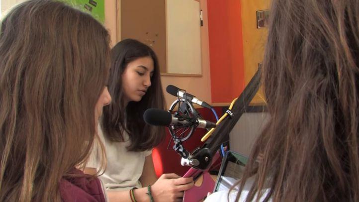 Alumnas en la radio del colegio Santo Domingo de Algete