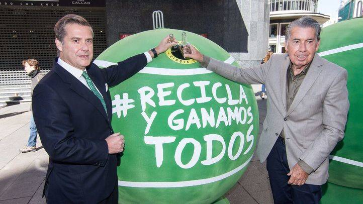 Manolo Santana, director del Mutua Madrid Open, y Borja Martiarena, director de marketing de Ecovidrio, han presentado los contenedores instalados en lugares emblemáticos en la capital para la gestión del reciclado de residuos de envases de vidrio co