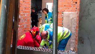 Sanitarios del Summa-112 y el Servicio de Emergencias de Pozuelo de Alarcón (SEAPA) atienden a un trabajador de una obra que ha caído por una ventana en Pozuelo