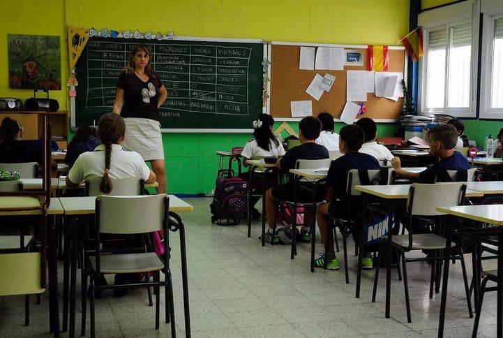 Una profesora dando clase en un colegio público de la Comunidad de Madrid, en una foto de archivo.