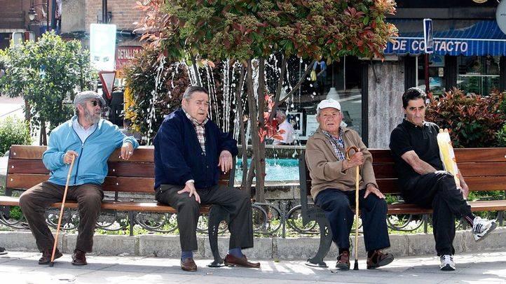 Cuatro personas mayores sentadas en bancos. (Archivo)
