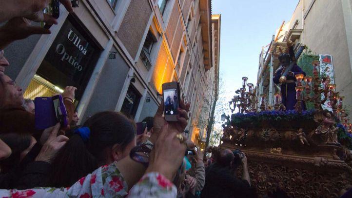 Los asistentes a la procesión del Cristo de los Gitanos inmortalizan el paso con sus móviles (archivo).