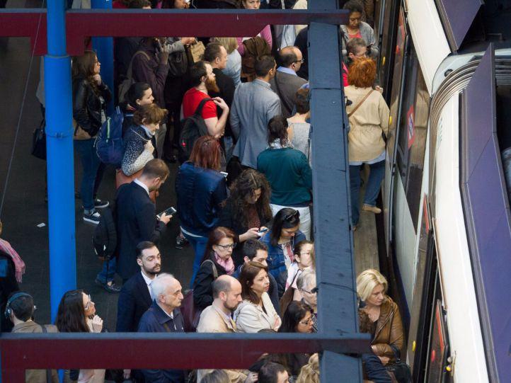 Viajeros en un andén del Metro de Madrid en el primer lunes de paros