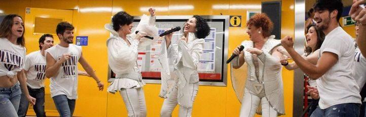Las cantantes, entre ellas Nina, y bailarines del musical Mamma Mía han ofrecido un espectáculo en el vestíbulo de la estación del metro de Callao para los viajeros del suburbano.