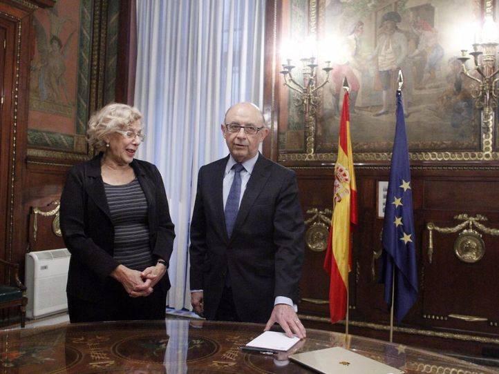 Reunión entre Cristóbal Montoro, ministro de Hacienda, y Manuela Carmena, alcaldesa de Madrid, en noviembre del año pasado.