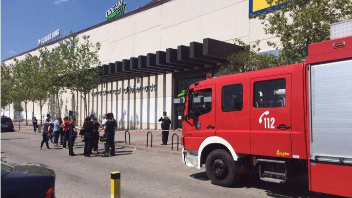 Desalojado el centro comercial de Valdebernardo por la fisura de una viga