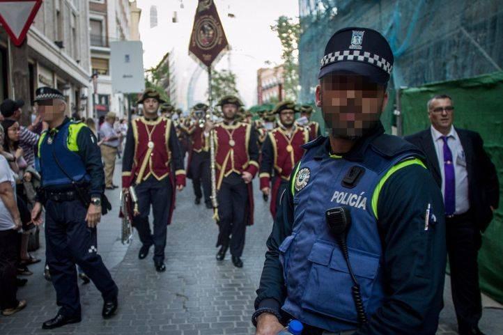 Policía frente a una procesión.
