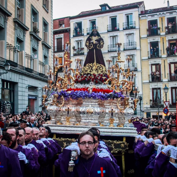 La procesión de Jesús el Pobre empieza en la calle Nuncio en el corazón del Madrid más castizo.