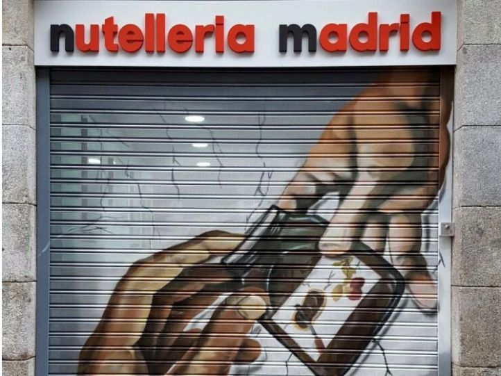 Persiana de la primera nutellería de España.