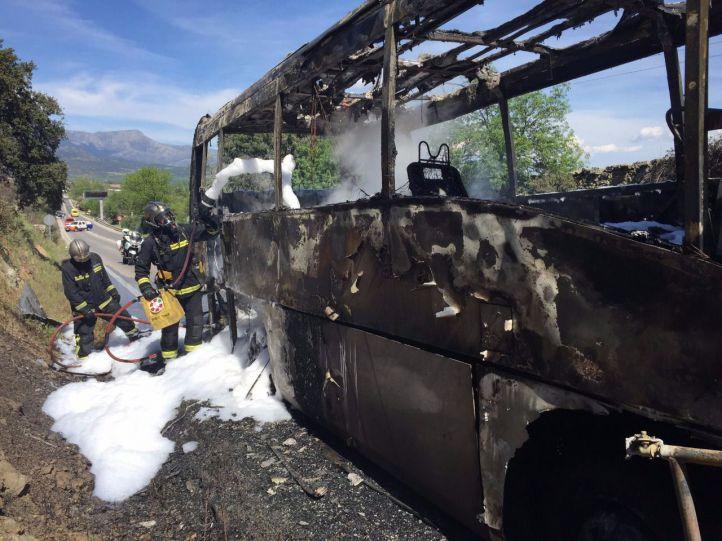 Arde por completo un autobús que transportaba a un coro