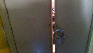 Habitación cerrada con candado donde la Policía Municipal encontró al menor