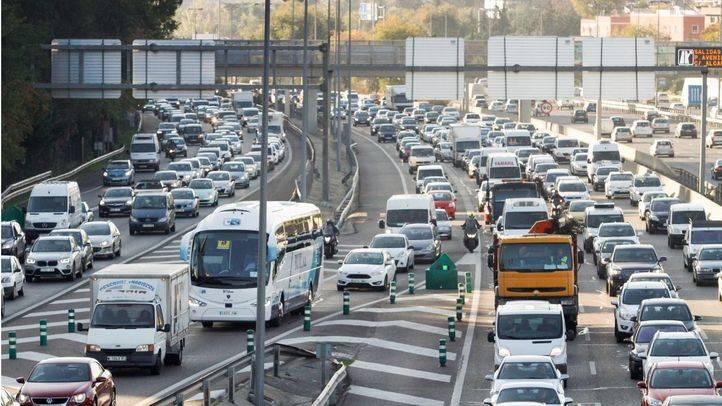 Varios kilómetros de retenciones en los accesos a Madrid en el último día de la 'Operación Retorno'