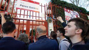 Encierro de padres y alumnos en el I.E.S. Pérez Galdós para impedir su cierre por la consejería de Educación de la Comunidad de Madrid. (Archivo)