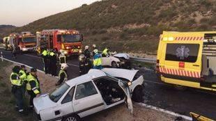 Los servicios de emergencias atienden a los heridos en el accidente